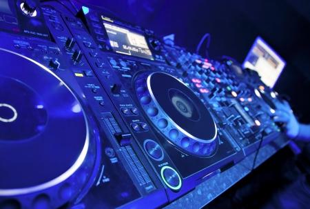 auriculares dj: DJ mezcla la pista en el club nocturno en el partido