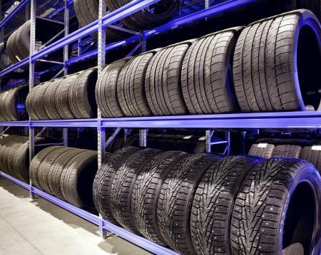 Stapel autobanden op warehouse-up Redactioneel