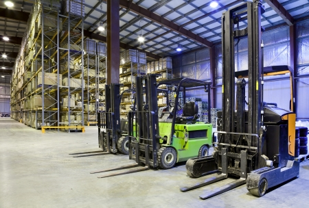 Gran almacén moderno con carretillas elevadoras Foto de archivo - 23705874