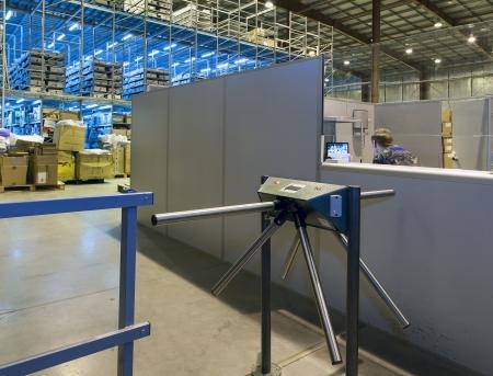 seguridad industrial: Servicio de seguridad de un almac�n moderno sentado en una mesa mirando los monitores