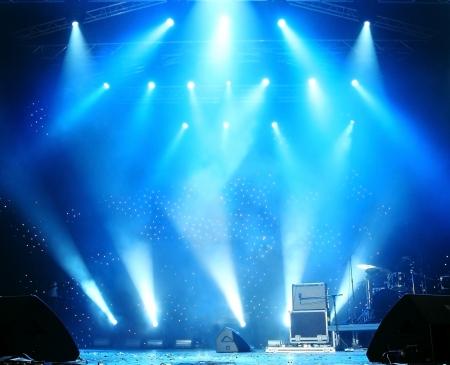 Heldere mooie stralen van licht op een leeg toneel voor het concert Stockfoto