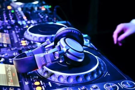 Dj パーティーの DJ のヘッドフォンで、ナイトクラブで、トラックの再生