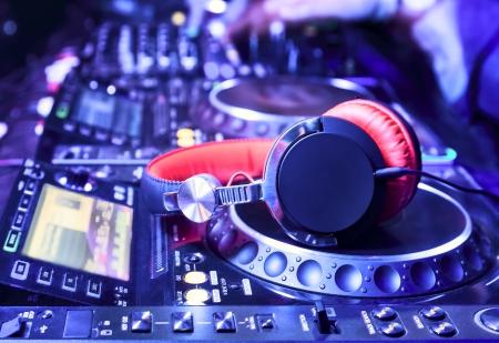 auriculares dj: Mezclador de DJ con los auriculares en el club nocturno