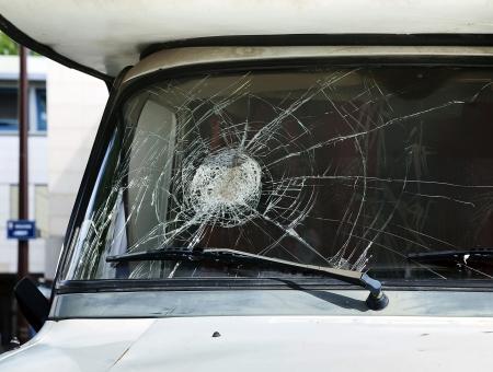 Close-up broken car windshield on the passenger side Standard-Bild