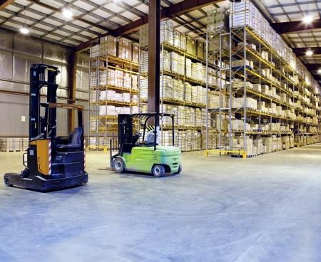 フォーク リフトの大規模な近代的な倉庫