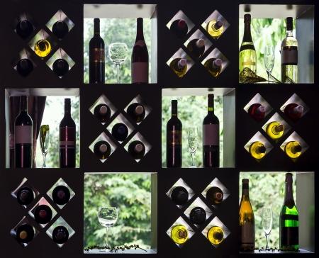 Wijncollectie op houten planken met flessen en glazen Stockfoto