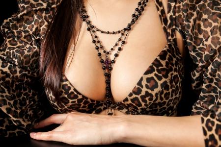 pechos: Hermosa mujer joven y atractiva con los pechos grandes y un collar en el pecho