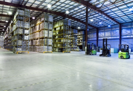 edificio industrial: Gran almac�n moderno con carretillas elevadoras