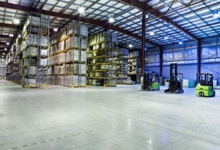 Grand entrepôt moderne avec des chariots élévateurs