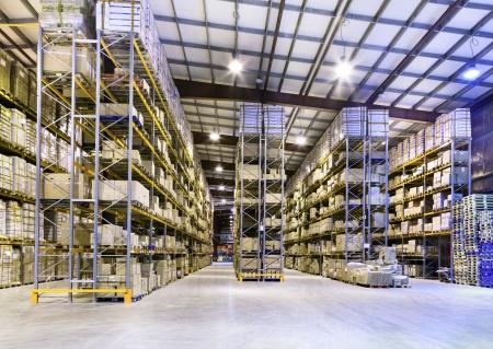 新しい広いとモダンな倉庫スペースのインテリア