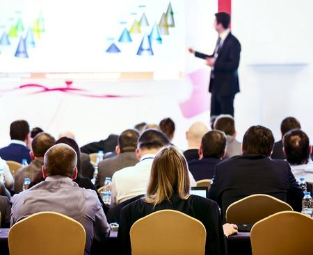 speaker: Altavoz en el podio La gente en la vista de la sala de conferencias posterior