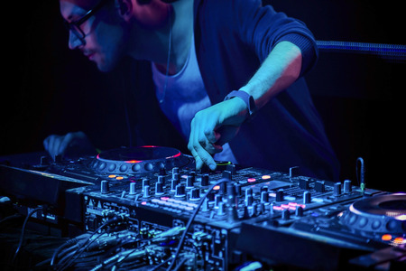 DJ는 파티에서 나이트 클럽에서 트랙을 믹스 스톡 콘텐츠