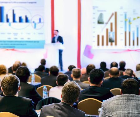 hablante: Altavoz en el podio. Las personas en la sala de conferencias, de visi�n trasera