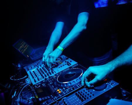 Dj ミックス パーティーでナイトクラブのトラック