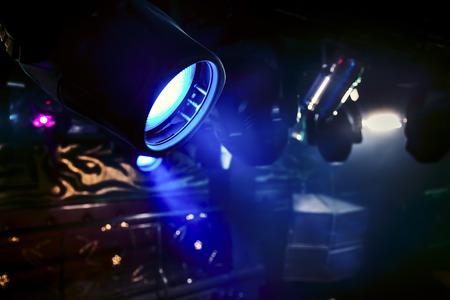 iluminacion: Hermosos rayos de luz brillante en el club nocturno