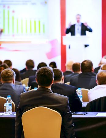 the speaker: Altavoz en el podio. Las personas en la sala de conferencias, de visi�n trasera