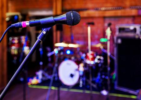 Close-up van microfoon in de concertzaal van nachtclub