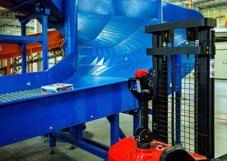 Ordenando línea de carga en gran almacén moderno con carretillas elevadoras Foto de archivo - 33130033