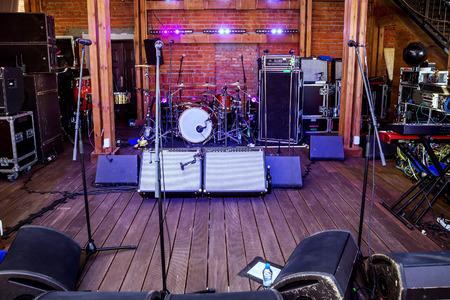 concierto de rock: Etapa del concierto de rock con instrumentos de música en club nocturno Foto de archivo