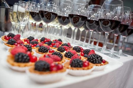 Feestelijk buffet op het evenement met woestijn, champagne en wijn. Soft focus Stockfoto