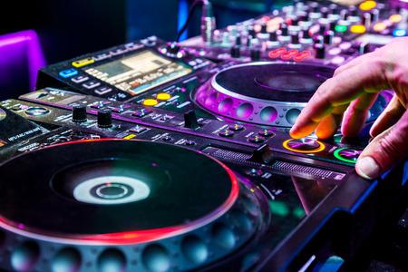 party dj: DJ mezcla la pista en el club nocturno en la fiesta Foto de archivo
