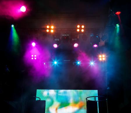 alumbrado: Mezclas de DJ lugar en la escena en el club nocturno. Hermosa iluminación brillante