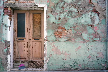 Ancien bâtiment avec vintage de porte d'entrée dans la ville européenne