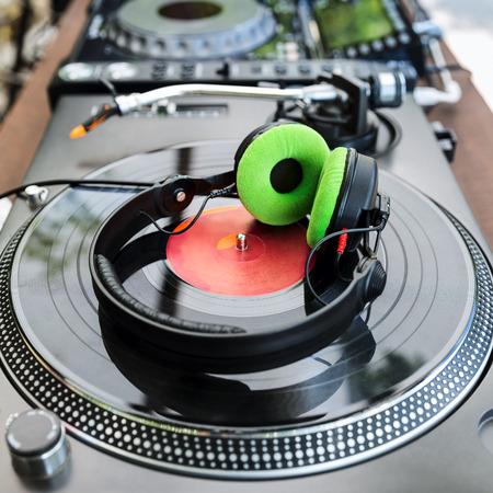 auriculares dj: Mezclador de DJ y reproductor de vinilo con los auriculares en el club Foto de archivo