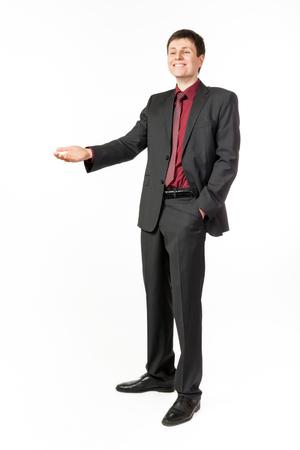 personas de pie: Retrato de un joven hombre de negocios feliz muestra el gesto de la mano sobre fondo blanco aislado Foto de archivo