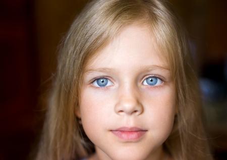 niño modelo: Retrato de joven y atractiva chica rubia hermosa con los ojos azules y la expresión positiva de la cara
