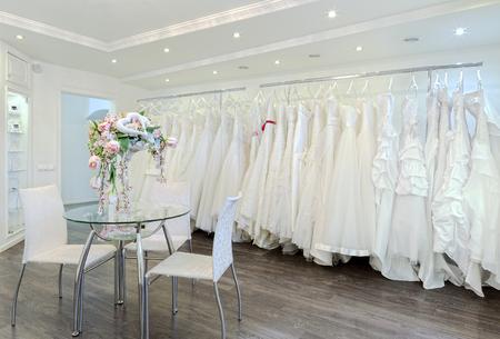 ropa colgada: Colección de vestidos de novia en la tienda