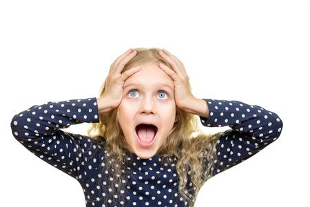 niño modelo: Muchacha bastante rubia grita y con expresión de sorpresa