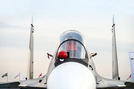 Jachtbommenwerper jet met lege kogelvrije cockpit van militair multifunctioneel vliegtuig, vierde generatie vliegtuigen, moderne legerindustrie, supersonische luchtmacht