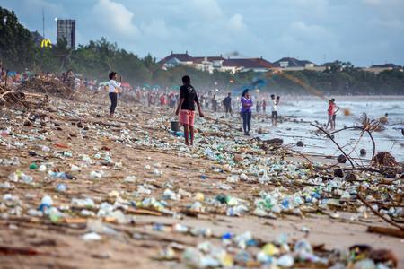 BALI, INDONESIA - FEBRUARY 12, 2017: Beach pollution at Kuta beach, Bali. Many garbage on the beach Standard-Bild - 111244825