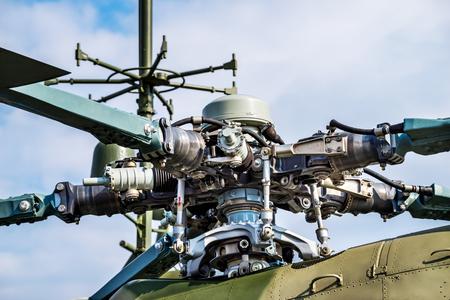 Detalle de la pala del rotor del helicóptero militar closeup sobre fondo azul cielo y nubes