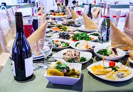 Banketttisch vorbereitet für Veranstaltungen und Feiern mit leckeren Speisen und Getränken