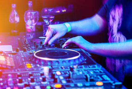Dj mescola la traccia in discoteca alla festa. Parte del corpo sul pannello di controllo della musica del DJ Archivio Fotografico
