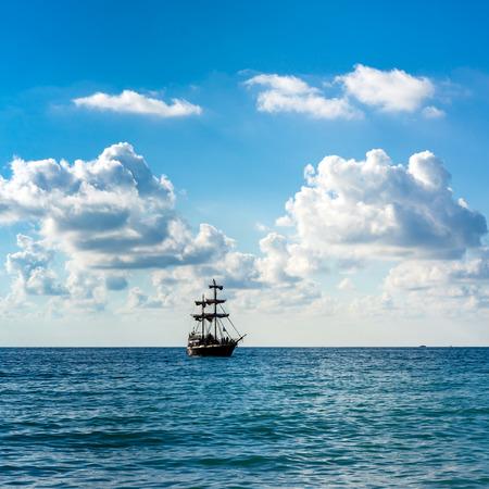 Vieux voilier historique dans la mer sur le fond bleu ciel et nuages