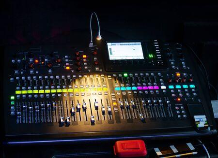 Mengpaneel in geluidsopnamestudio voor muziek, geluidsopname, concertactiviteiten
