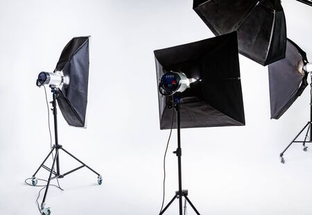 Grote fotostudio met verlichtingsapparatuur op de achtergrond van witte cyclorama