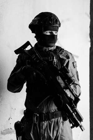 Man reenacting special unit of Croatian military police. Wearing green jumpsuit with black add-ons and assault rifle G36. Foto de archivo
