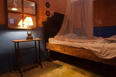 chambre sale et abandonnée Creepy avec des murs fissurés, en Amérique latine Banque d'images