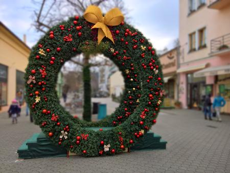 Grote kerstkrans met baw op het stadsplein.