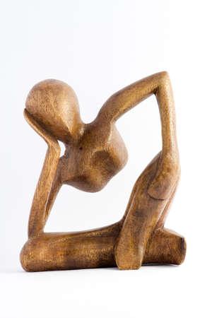 atender: Escultura pensativa del arte del hombre en la madera Foto de archivo