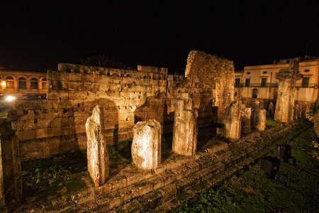 temple grec: Les tr�s vieux temple grec dans la ville, Siracuse, Sicile location Banque d'images