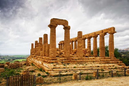 tempio greco: Straordinario tempio greco nella Valle dei Templi di Agrigento - Sicilia