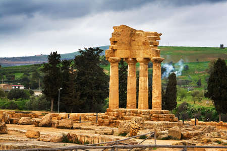 temple grec: Extraordinaire temple grec dans la Vall�e des Temples d'Agrigente - Sicile