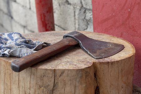 Butcher's axe lying on the scaffold. 免版税图像