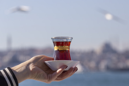 Hand holds a Cup of Turkish tea Imagens