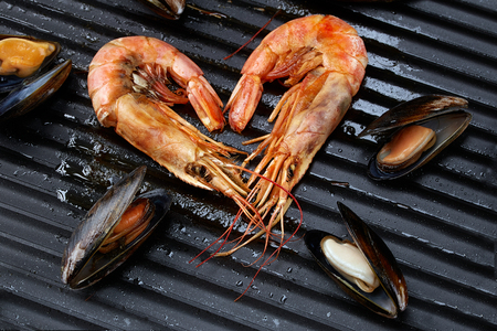 Heart-shaped prawns and mussels, isolated Фото со стока